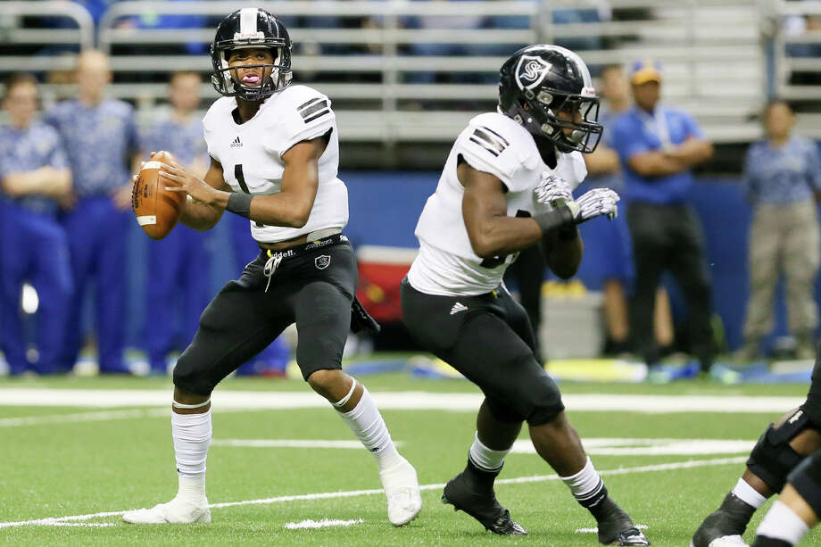 Steele's Xavier Martin (left) looks to throw as Travell Lumpkin provides protection during the first half of their Class 6A Division II state quarterfinal playoff game with Clemens at the Alamodome on Dec. 5, 2015. Photo: Marvin Pfeiffer /San Antonio Express-News / Express-News 2015
