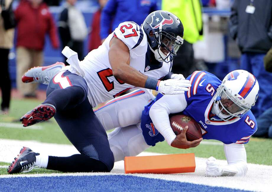 Buffalo Bills quarterback Tyrod Taylor, right, dives in for a touchdown as Houston Texans strong safety Quintin Demps defends during the first half of an NFL football game, Sunday, Dec. 6, 2015, in Orchard Park, N.Y. (AP Photo/Gary Wiepert) ORG XMIT: NYJC110 Photo: Gary Wiepert / FR170498 AP