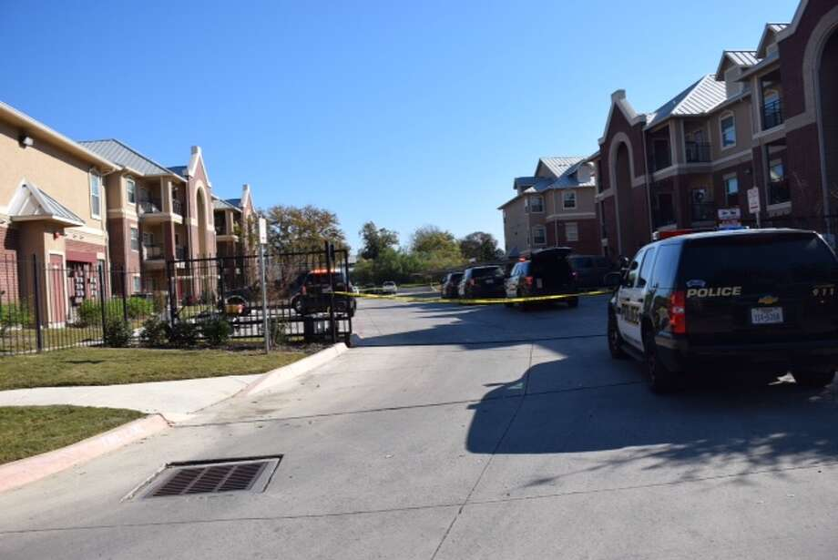 Gunmen opened fire on a man in his 30s at Woodlawn Ranch Apartment Homes at 330 W. Cheryl Drive on Dec. 8, 2015. Photo: Mark D. Wilson/San Antonio Express-News