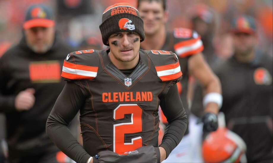 Browns quarterback Johnny Manziel walks off the field at halftime against the Cincinnati Bengals on Dec. 6, 2015, in Cleveland. Photo: David Richard /Associated Press / FR25496 AP