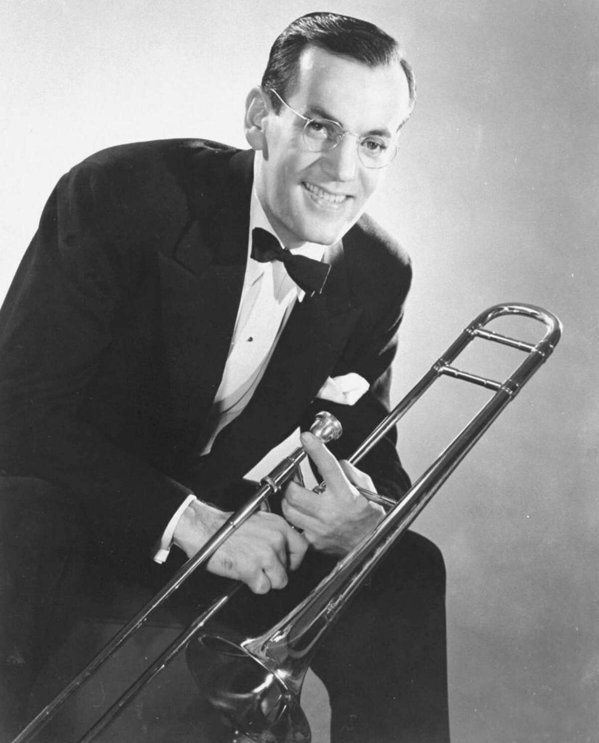 Who Died Unexpectedly That Year That same year, Glenn Miller, famous bandleader, was presumed dead after his plane to France disappeared. To this day, his death remains a mystery.