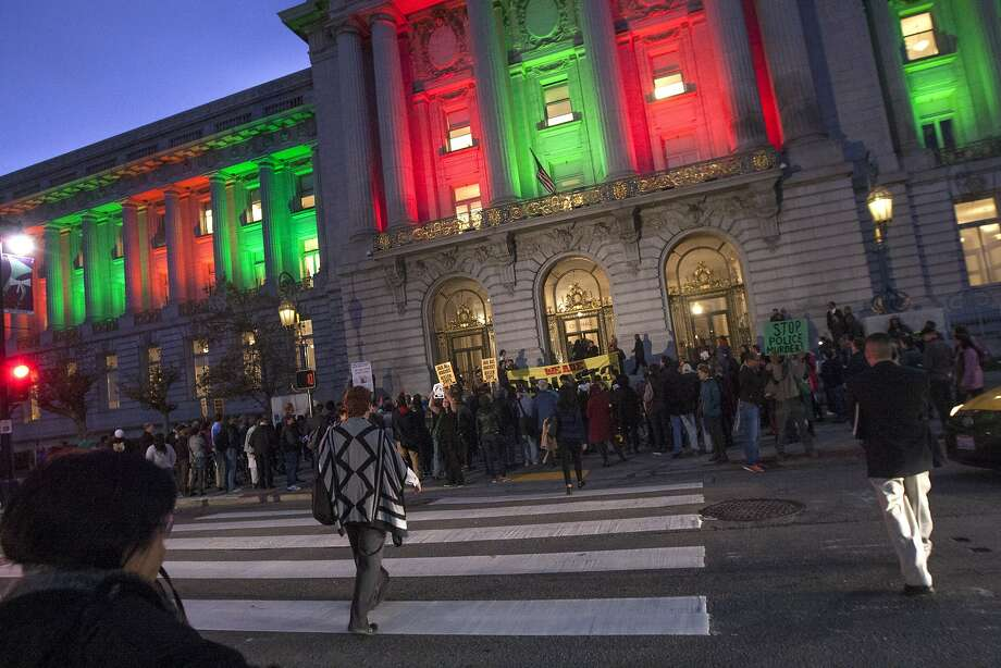 S.F. City Hall's red and green lights are not observing a religious holiday, a spokeswoman says. Photo: Santiago Mejia, Special To The Chronicle