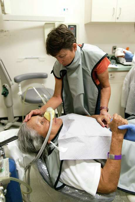 Ada Anderson tends to her mom. Because she has demnetia, Violeta Anderson needs sedation while receiving dental care. Photo: Heidi De Marco /Kaiser Health News / The Washington Post