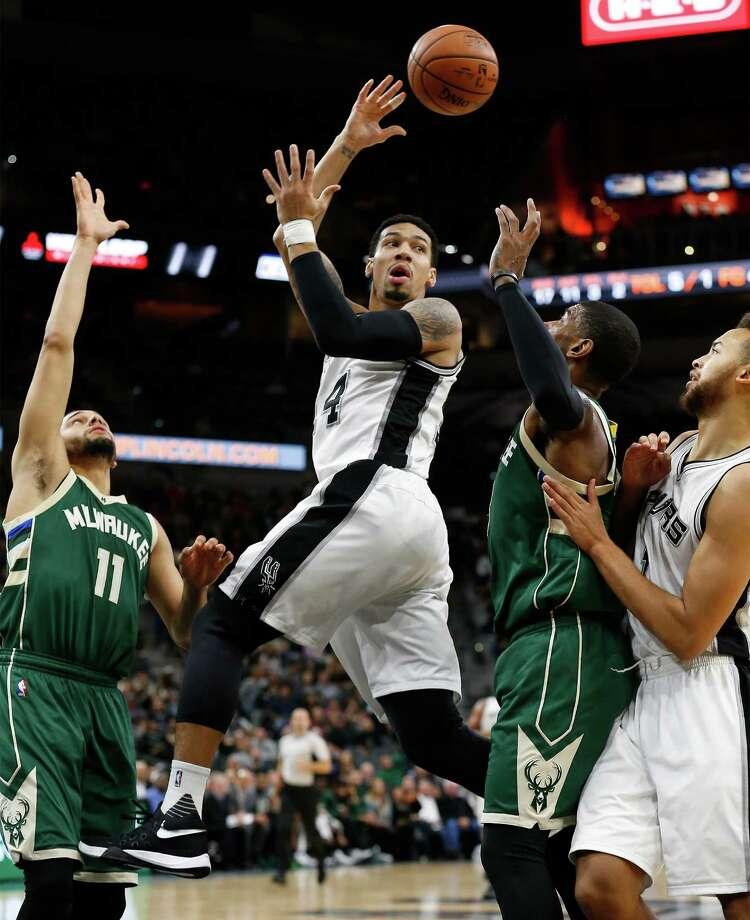 Spurs' Danny Green (14) makes a pass between the Milwaukee Bucks' Tyler Ennis (11) and O.J. Mayo (03) at the AT&T Center on Wednesday, Dec. 2, 2015.  (Kin Man Hui/San Antonio Express-News) Photo: Kin Man Hui, Staff / San Antonio Express-News / ©2015 San Antonio Express-News
