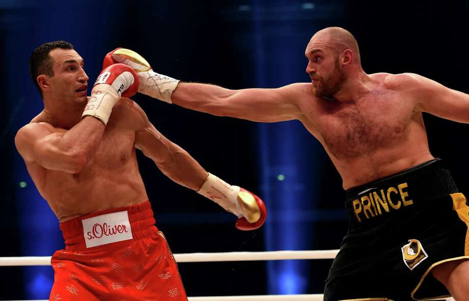 Wladimir Klitschko (left) of Ukraine defendis against Britain's Tyson Fury during their WBA, IBF, WBO and IBO title bout in Duesseldorf, Germany, on Nov. 28, 2015. Photo: Patrik Stollarz /Getty Images / AFP