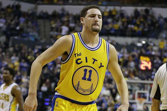 Golden State Warriors guard Klay Thompson (11) limps off the court after getting injured in the second half of an NBA basketball game against the Indiana Pacers in Indianapolis, Tuesday, Dec. 8, 2015. The Warrior defeated the Pacers 131-123. (AP Photo/Michael Conroy)