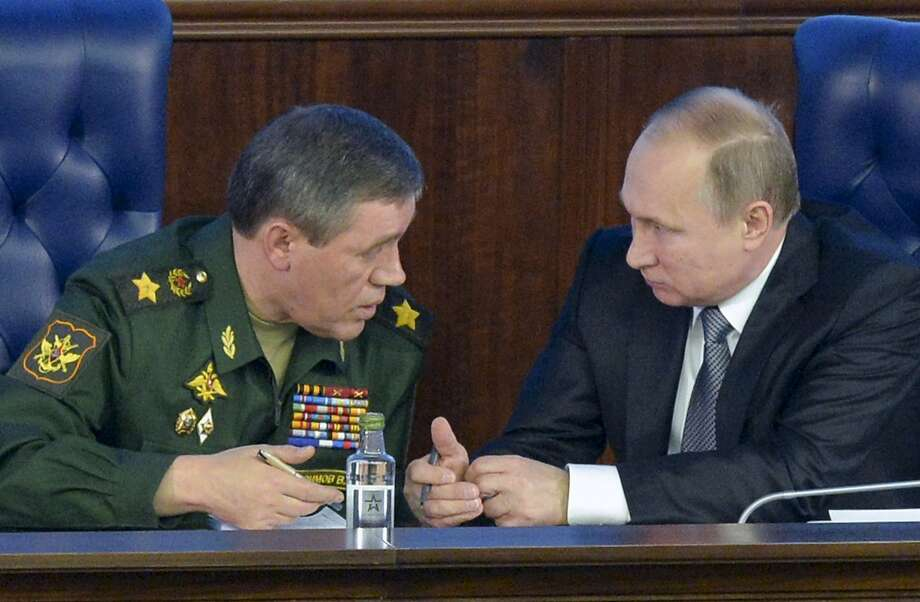Russian President Vladimir Putin (right) confers with Chief of the General Staff of the Russian Armed Forces Valery Gerasimov in Moscow. Photo: Alexei Druzhinin, Associated Press