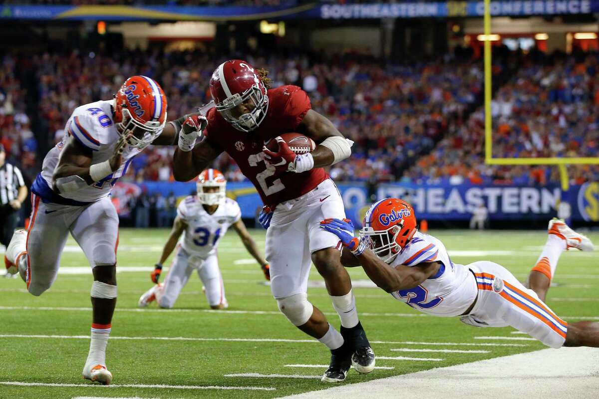 ATLANTA, GA - DECEMBER 5: Running back Derrick Henry #2 of the Alabama Crimson Tide carries the ball against linebacker Jarrad Davis #40 of the Florida Gators and defensive back Keanu Neal #42 of the Florida Gators in the third quarter during the SEC Championship at the Georgia Dome on December 5, 2015 in Atlanta, Georgia. (Photo by Kevin C. Cox/Getty Images) ORG XMIT: 587174387