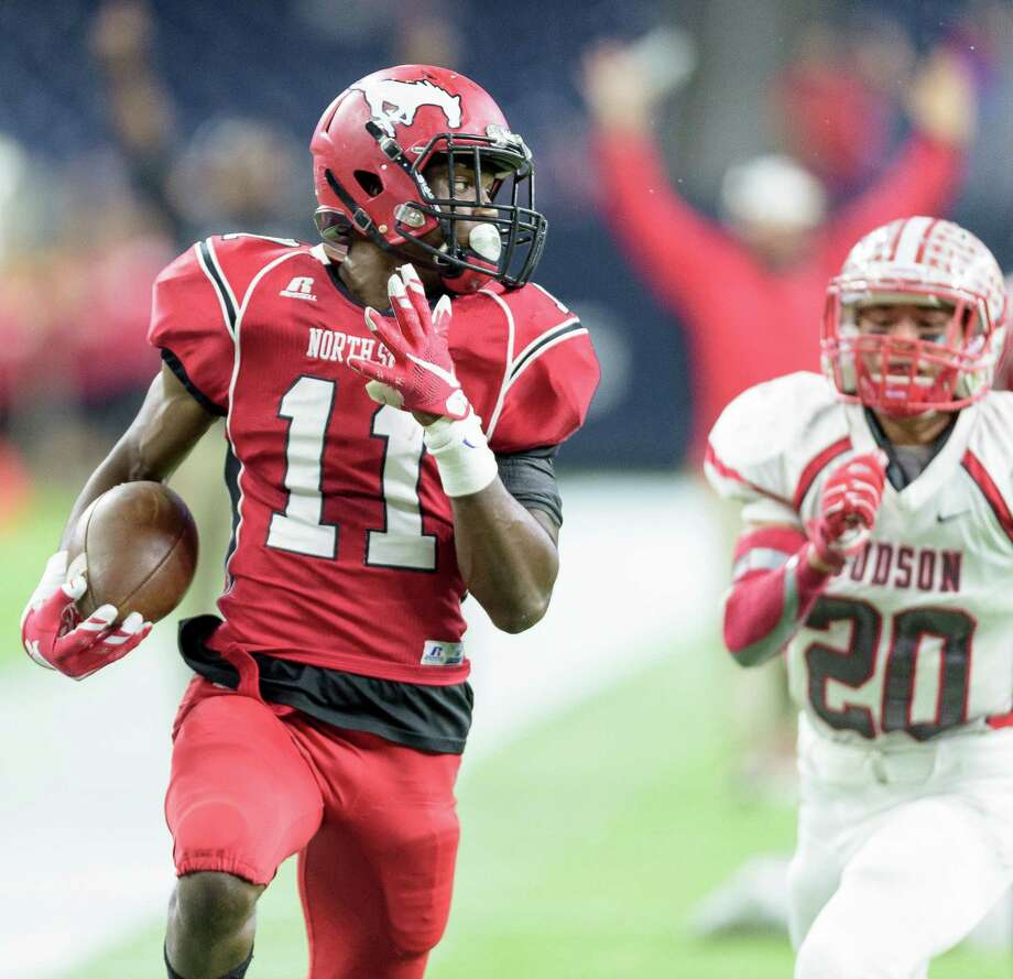 Eric Monroe (11) of the North Shore Mustangs breaks a long run for a touchdown in the first half against the Judson Rockets in high school football's Class 6A Division I state semifinals on Saturday, December 12, 2015 at Berry Center Stadium. Photo: Wilf Thorne / © 2015 Houston Chronicle