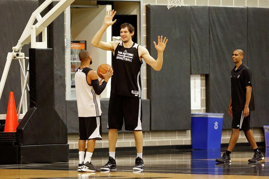 Boban Marjanovic practices with Patty Mills at the Spurs practice facility on Nov. 25, 2015. Photo: Lisa Krantz /San Antonio Express-News / SAN ANTONIO EXPRESS-NEWS