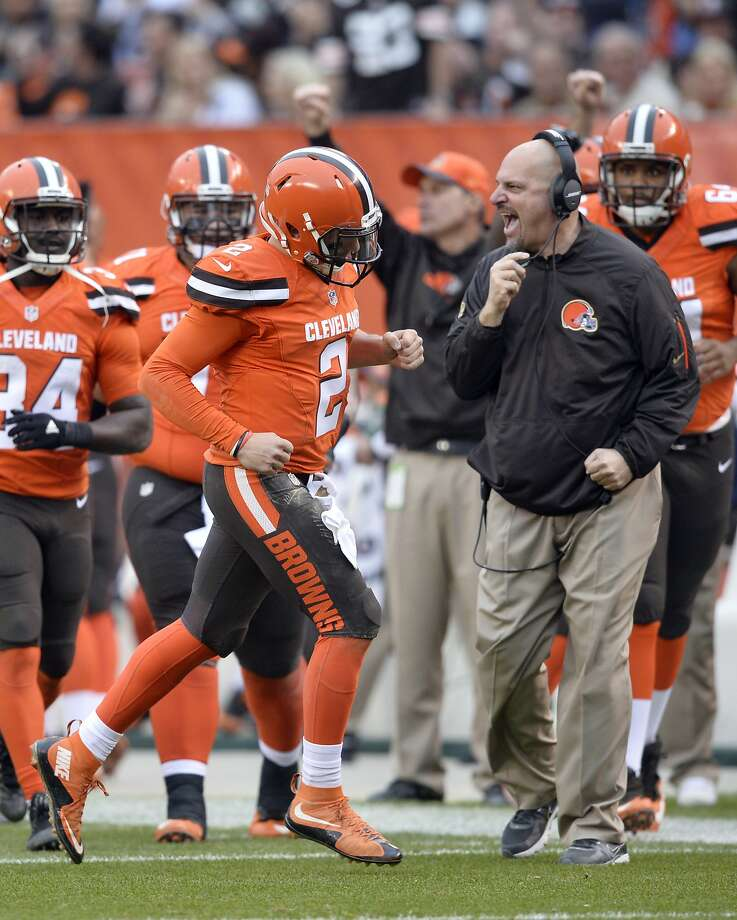 Browns head coach Mike Pettine celebrates a touchdown pass by quarterback Johnny Manziel (2) in the second half . Photo: David Richard, Associated Press