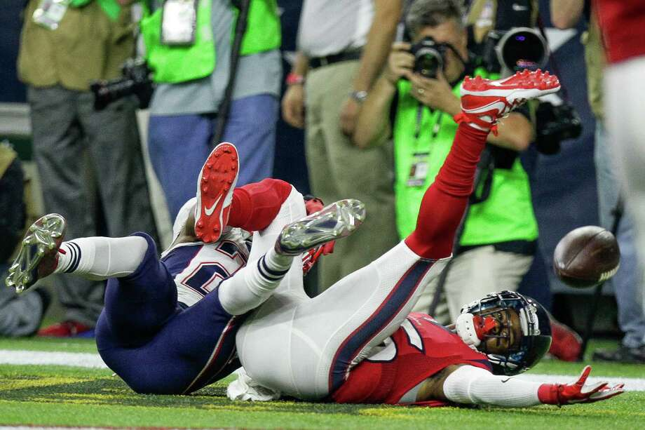 Texans wide receiver Nate Washington fails to come down with the ball in the end zone as Patriots cornerback Malcolm Butler defends in the second half. Photo: Michael Ciaglo, Staff / © 2015  Houston Chronicle