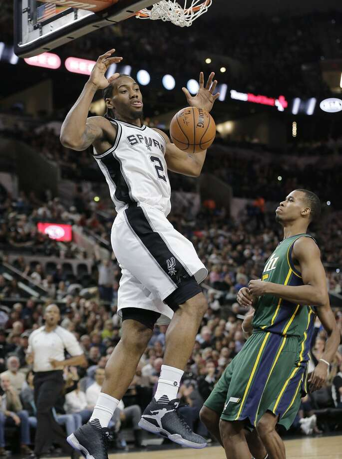 The Spurs' Kawhi Leonard scores two of his 22 points. Photo: Eric Gay, Associated Press