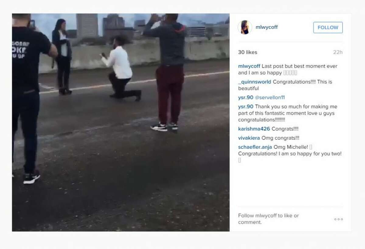 Un video colocado en Instagram el domingo 14 de diciembre de 2015 muestra a un joven proponiéndole matrimonio a su novia en la avenida Interestatal 45 cerca del centro de Houston, mientras amigos y familiares de la pareja bloqueaban el tránisto. (mlwycoff on Instagram).