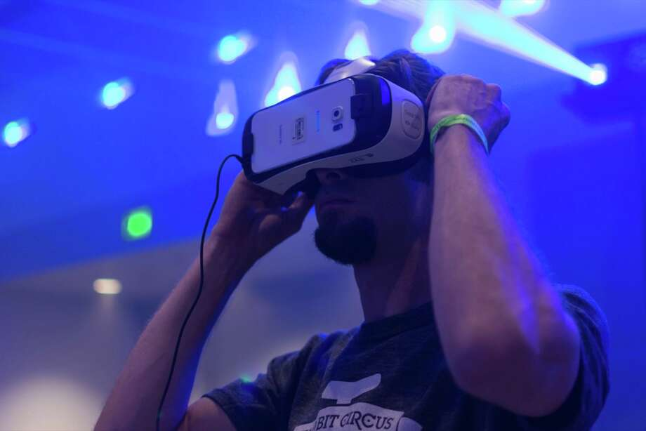 New Age business idea: Virtual reality (and its accessories) Photo: Shutterstock