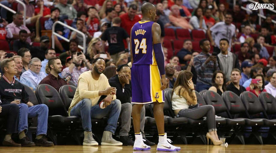 Steve Francis and Tracy McGrady chat with Kobe Bryant during a Rockets-Lakers game Dec. 12 at Toyota Center in Houston. Photo: @Lakers Twitter