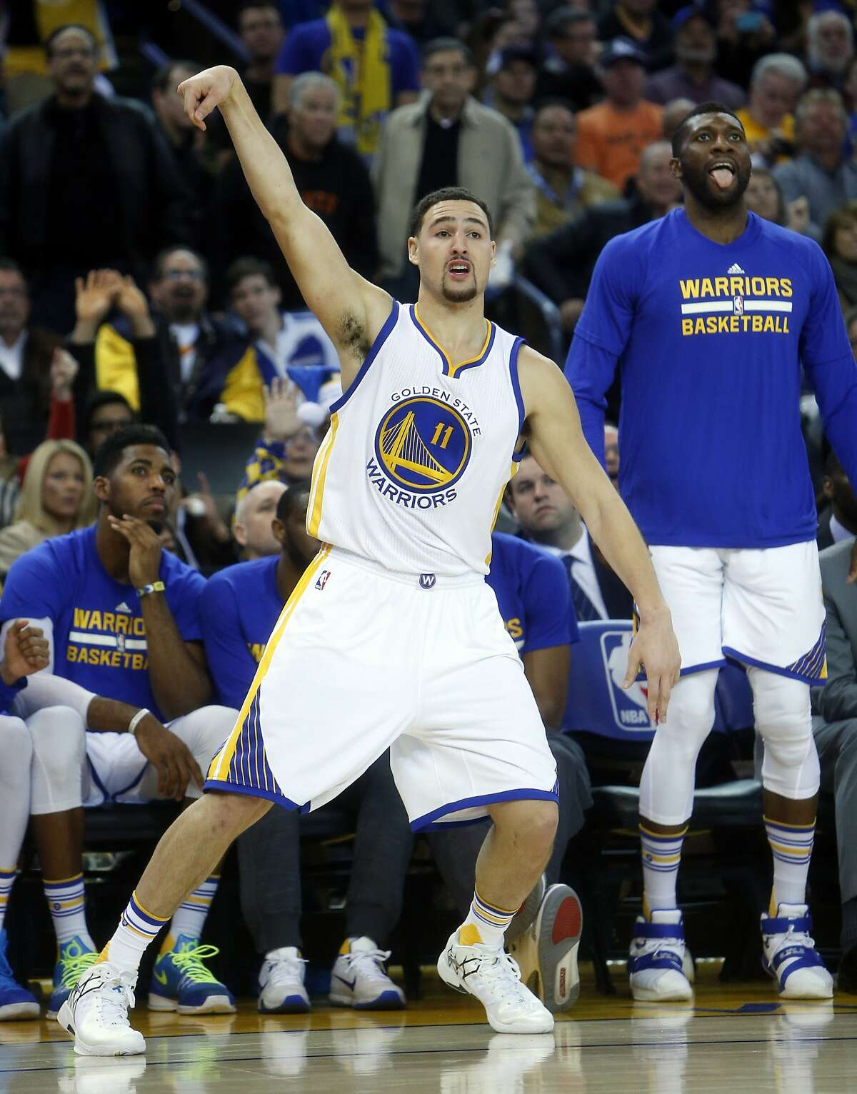 Golden State Warriors' Klay Thompson hits a 3-pointer in 3rd quarter against Phoenix Suns in NBA game at Oracle Arena in Oakland, Calif., on Wednesday, December 16, 2015.