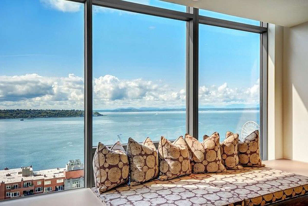 Ever dreamed of living in a penthouse? Let's feed those dreams today with this property. The Madison Tower penthouse is at 1000 First Avenue. For the full listing, go here.