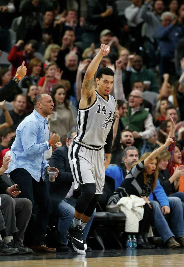 Spurs' Danny Green (14) scores a three-pointer against the Clippers at the AT&T Center on Friday, Dec. 18, 2015. Photo: Kin Man Hui, San Antonio Express-News / ©2015 San Antonio Express-News