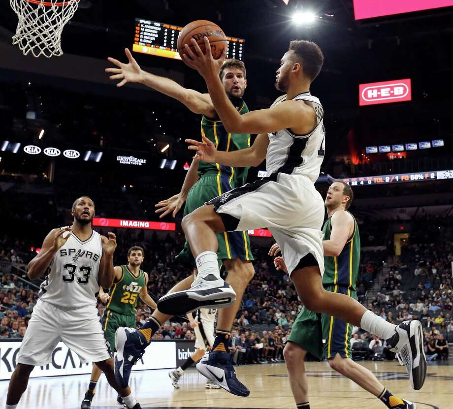 San Antonio Spurs' Kyle Anderson looks to pass around Utah Jazz's Jeff Withey during second half action Monday Dec. 14, 2015 at the AT&T Center. The Spurs won 118-81. Photo: Edward A. Ornelas, Staff / San Antonio Express-News / © 2015 San Antonio Express-News