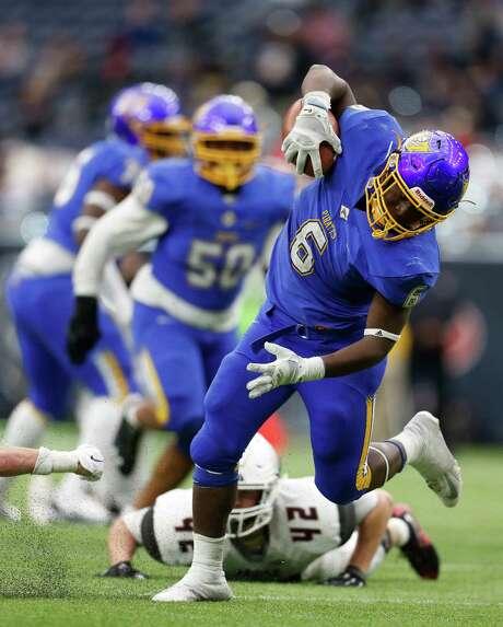 Waco La Vega's Kemoche Hobbs keeps his balance and completes a 25-yard touchdown run Friday. Photo: Karen Warren, Staff / © 2015  Houston Chronicle