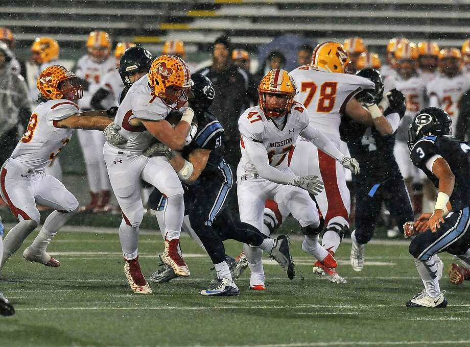Mission Viejo's Colin Schooler (7) had 31 carries for 224 yards and a pair of touchdowns. Photo: Louis Lopez, MaxPreps.com