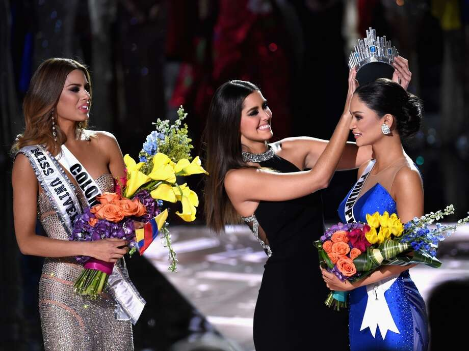Miss Philippines 2015, Pia Alonzo Wurtzbach (R), reacts as she is crowned the 2015 Miss Universe by 2014 Miss Universe Paulina Vega (C) during the 2015 Miss Universe Pageant at The Axis at Planet Hollywood Resort & Casino on December 20, 2015 in Las Vegas, Nevada. Miss Colombia 2015, Ariadna Gutierrez, was mistakenly named as Miss Universe 2015 instead of First Runner-up. Photo: Ethan Miller/Getty Images