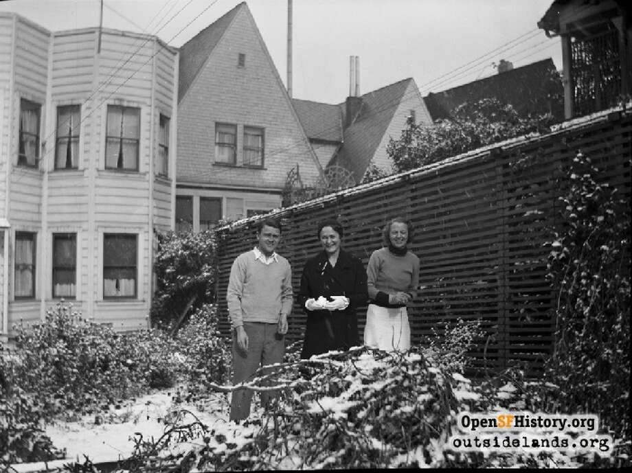 Snow covered the backyards of homes in the Cow Hollow neighborhood of San Francisco in 1932. Photo: OurSFHistory.org