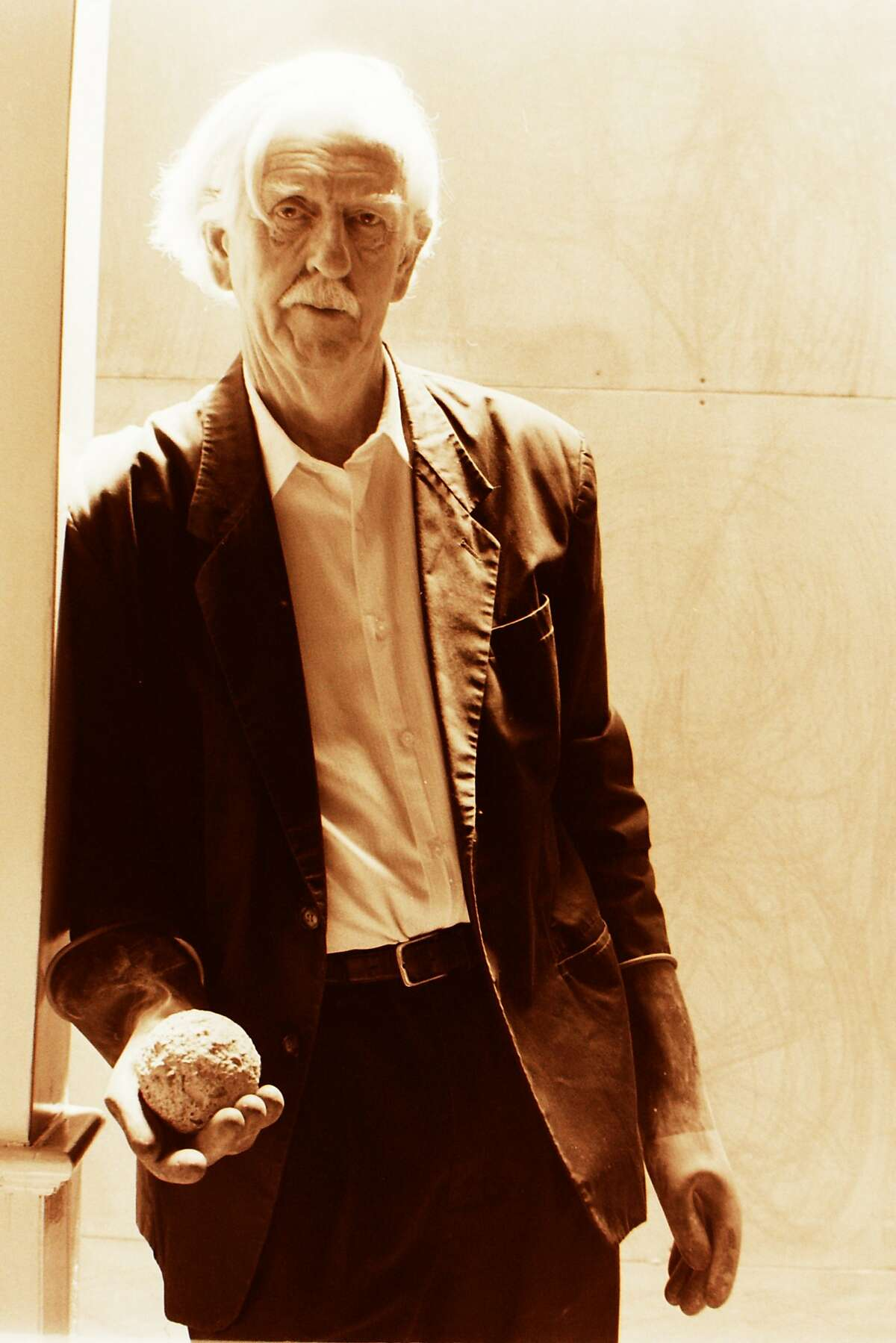 . 22. David Ireland with dumball, 1998; photo: Elisa Cicinelli