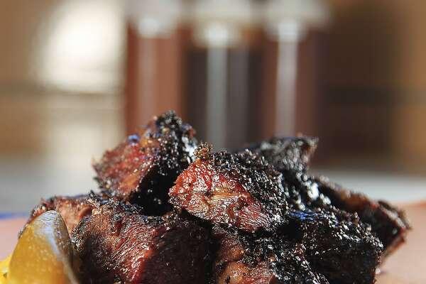 Costillitas con las esquinas quemadas del restaurante Killen's Barbecue.