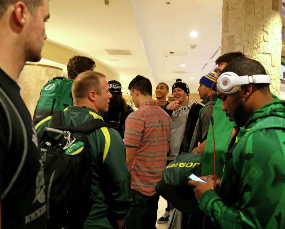 Oregon football players and coaches gather in main lobby preparing to check into Marriott River Center Hotel on Saturday, December 26,2006.  Oregon will meet TCU in Alamo Bowl on January 2, 2016. Photo: Ronald Cortes, For Express News / Express-News / Express-News