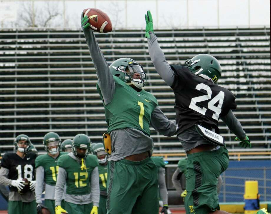 CAPTION CORRECTION Oregon's Arrion Springs,formerly Roosevelt High School, goes thru defensive drill with Sean Kilpatrick on right at Alamo Heights HS on Sunday, December 27, 2015. Photo: Ronald Cortes, For Express News / Express-News / Express-News