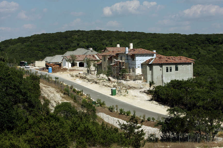 METRO- New homes construction near the fence line of Camp Bullis off Majestic Road in the Dominion. DELCIA LOPEZ/STAFF delopez@express-news.net Photo: DELCIA LOPEZ, STAFF / SAN ANTONIO EXPRESS-NEWS / delopez@express-news.net