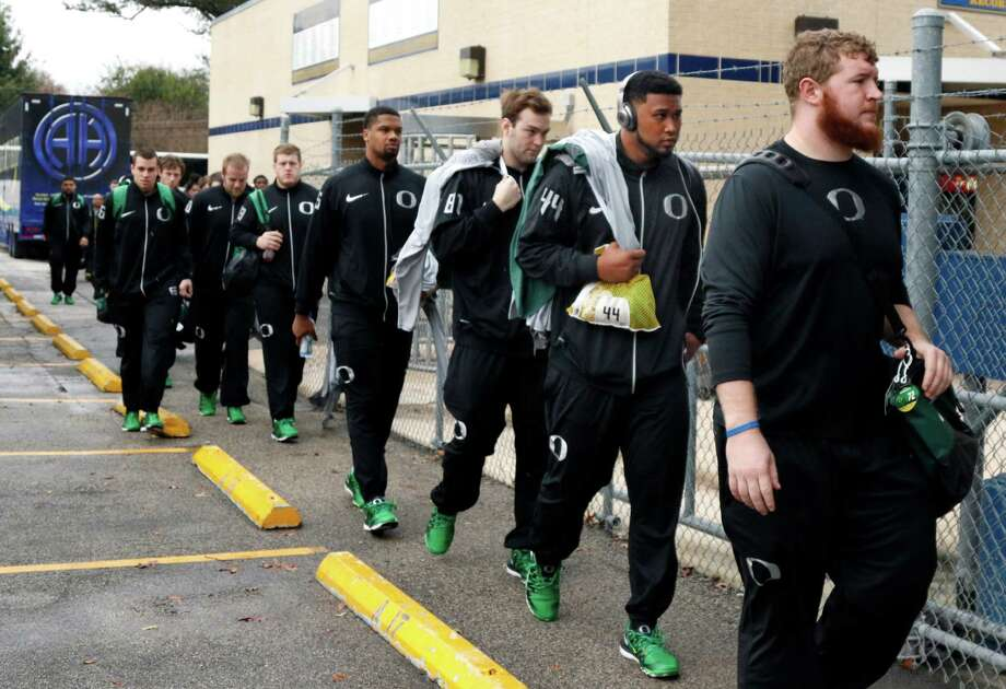 Oregon players(including DeForest Buckner,44,2nd from front) arrive for practice at Alamo Heights HS on Sunday, December 27, 2015. Photo: Ronald Cortes, For Express News / Express-News / Express-News