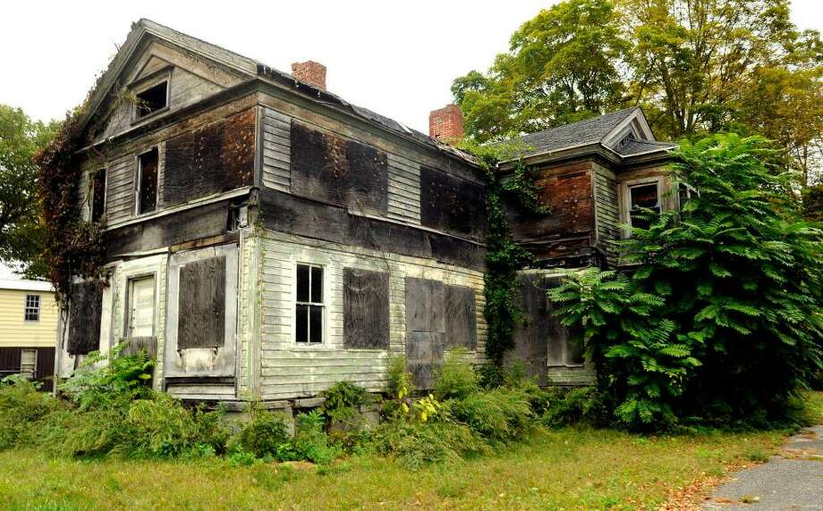This building at 839 Federal Road in Brookfield is one of two buildings that First Selectman Bill Davidson has targeted for razing. Photo: Michael Duffy / The News-Times