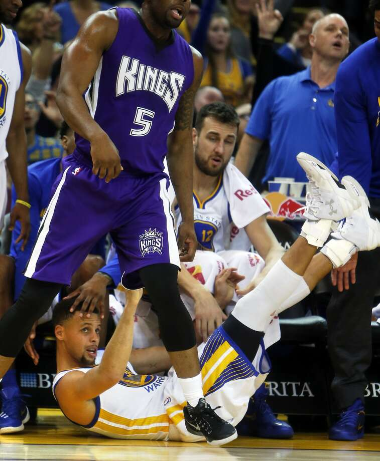Golden State Warriors' Stephen Curry falls to the court after missing a 3-pointer against Sacramento Kings during NBA game at Oracle Arena in Oakland, Calif., on Monday, December 28, 2015. Photo: Scott Strazzante, The Chronicle