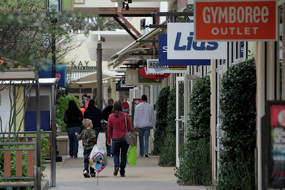 Shoppers look for post-Christmas bargains this week at Tanger Outlets in Texas City. Photo: James Nielsen, Staff / © 2015  Houston Chronicle