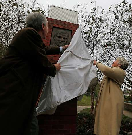 Davis Jones and Mayor Annise Parker unveil one of two bronze relief panels depicting former U.S. Commerce Secretary Robert Mosbacher, Sr., during the gifting ceremony on Wednesday. Photo: James Nielsen, Staff / © 2015  Houston Chronicle