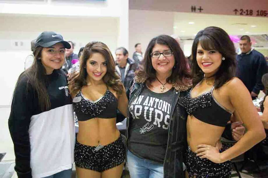 Spurs fans cheered their team to another win in their victory against the Phoenix Suns Wednesday, Dec. 30, 2015 in the AT&T Center. Photo: Christian Ibarra