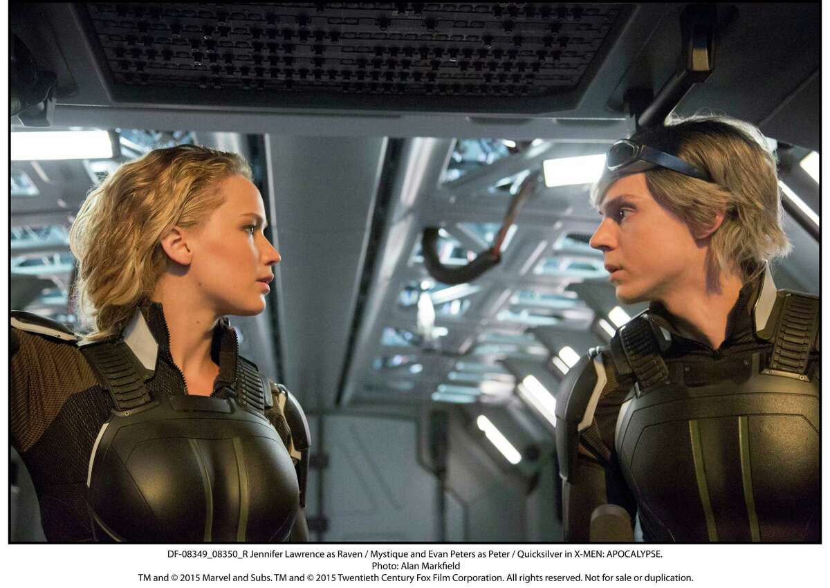 DF-08349_08350_R Jennifer Lawrence as Raven / Mystique and Evan Peters as Peter / Quicksilver in X-MEN: APOCALYPSE.