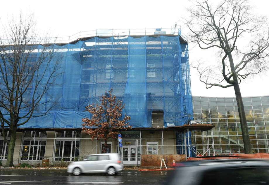 A blue tarp and scaffolding cover the exterior of the Greenwich Library as renovation work continues. Photo: Tyler Sizemore / Hearst Connecticut Media / Greenwich Time