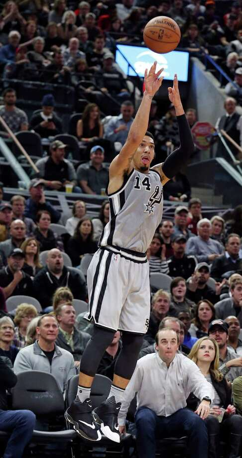 Spurs' Danny Green shoots a 3-pointer during second half action against the Houston Rockets on Jan. 2, 2016 at the AT&T Center. Photo: Edward A. Ornelas /San Antonio Express-News / © 2016 San Antonio Express-News