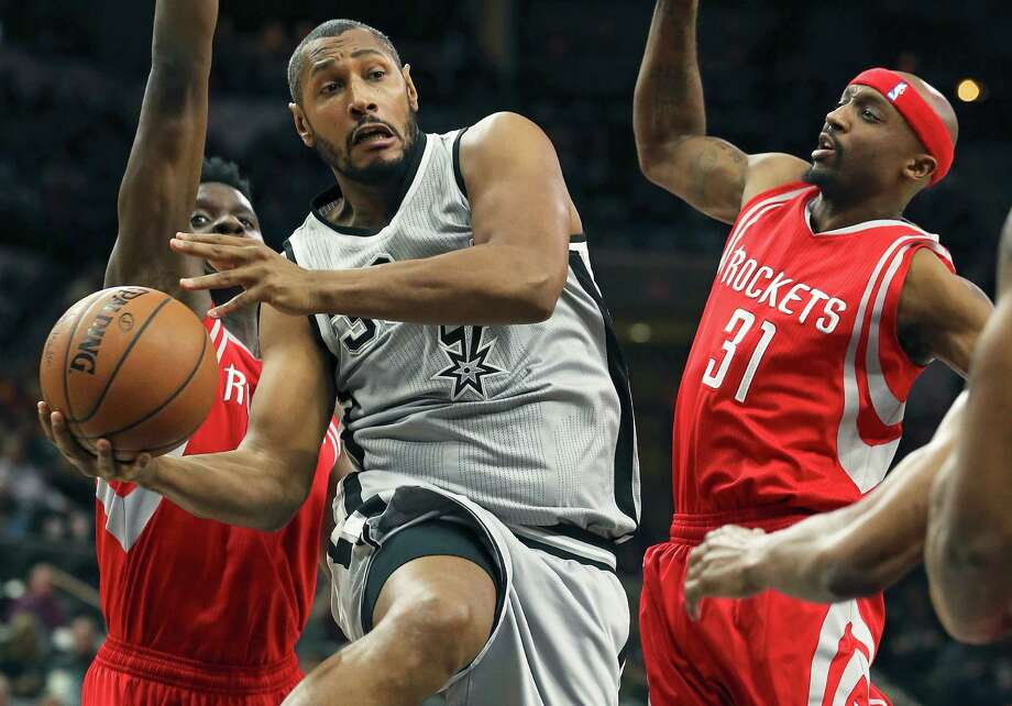Boris Diaw swings an outlet pass away from the lane after drawing the defense in as the Spurs host the Rockets at the AT&T Center on January 2, 2016. Photo: Tom Reel /San Antonio Express-News / 2015 SAN ANTONIO EXPRESS-NEWS