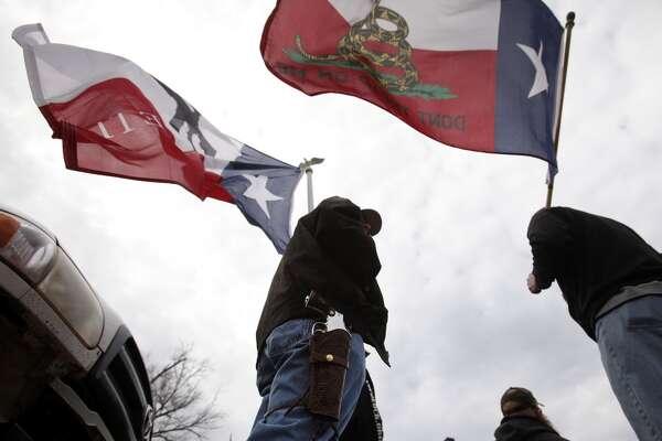 El presidente de EE.UU., Barack Obama, se reúne este lunes con la fiscal general, Loretta Lynch, para estudiar cómo llevar a cabo un mayor control de venta de armas a través de decretos ejecutivos, en vista de la oposición del Congreso. El anuncio de la orden ejecutiva llega en un contexto en que nuevas leyes relacionadas con armamentos han entrado en vigencia en lugares como el estado de Texas. Desde el 1 de enero de 2016, este estado permite que las personas autorizadas puedan acarrear armas visiblemente en público.