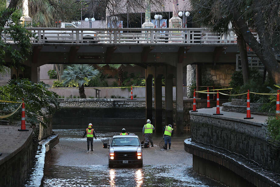 Workers clean up and repair the San Antonio River Walk along the Main Channel, Monday, Jan. 4, 2016. Work will continue through Jan. 9 and includes  the Museum and Mission Reach of the River Walk. Photo: Jerry Lara, San Antonio Express-News / © 2015 San Antonio Express-News