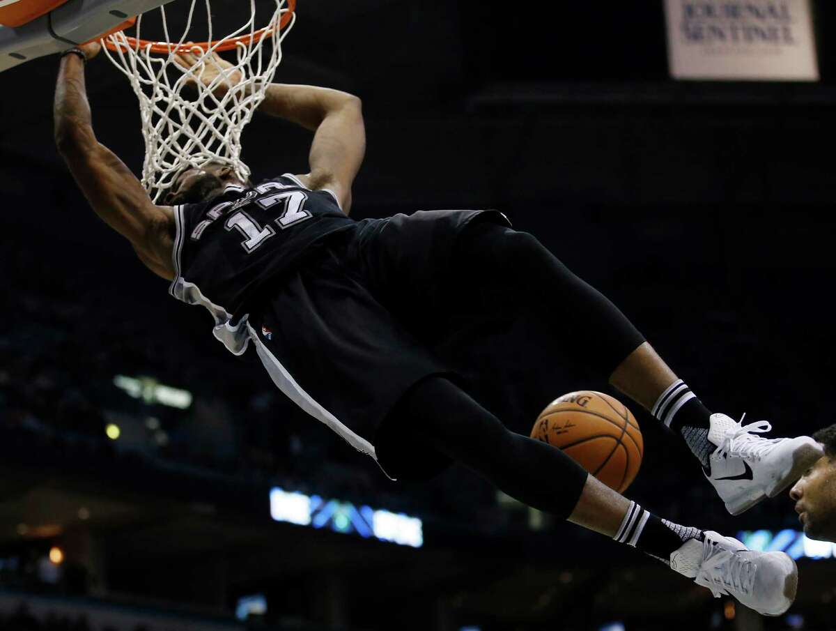 San Antonio Spurs' Jonathon Simmons dunks during the second half of an NBA basketball game against the Milwaukee Bucks Monday, Jan. 4, 2016, in Milwaukee. (AP Photo/Morry Gash)