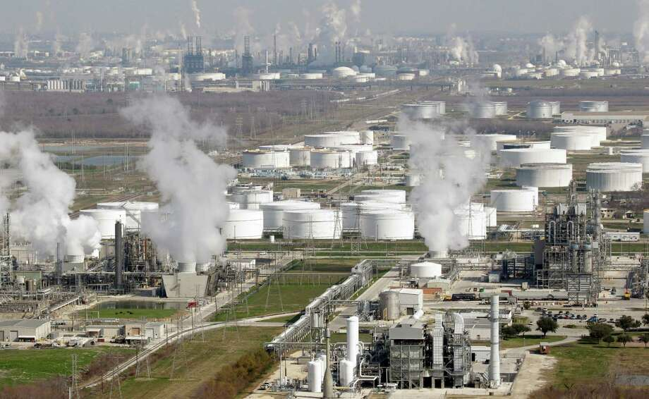 Some of the oil refineries in Deer Park, where the air quality ranks 50 out of 100. Photo: David J. Phillip, STF / AP2010