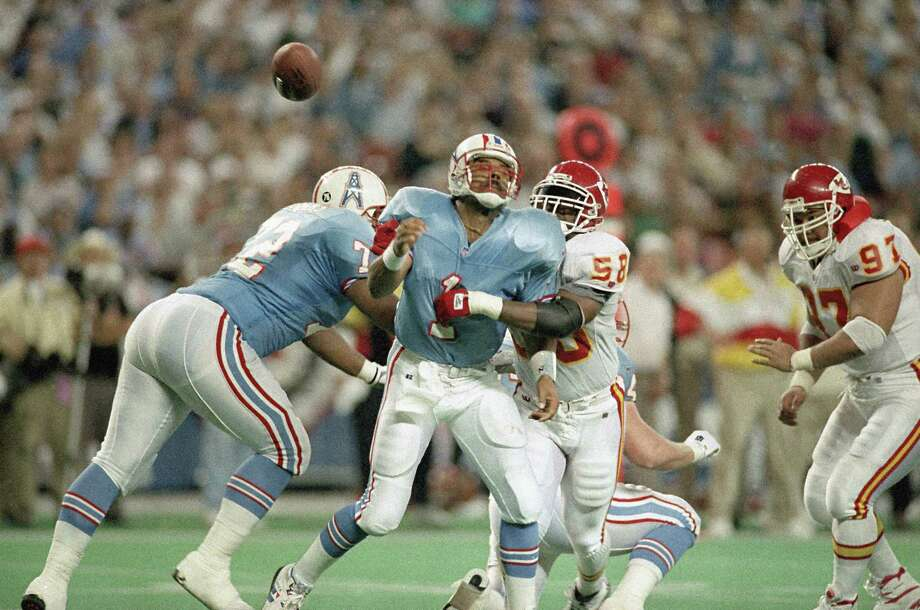When Warren Moon and Derrick Thomas (58) crossed paths in the 1994 Oilers-Chiefs playoff game, they were two of seven future Hall of Famers on the field. Photo: Rick Bowmer, STF / AP