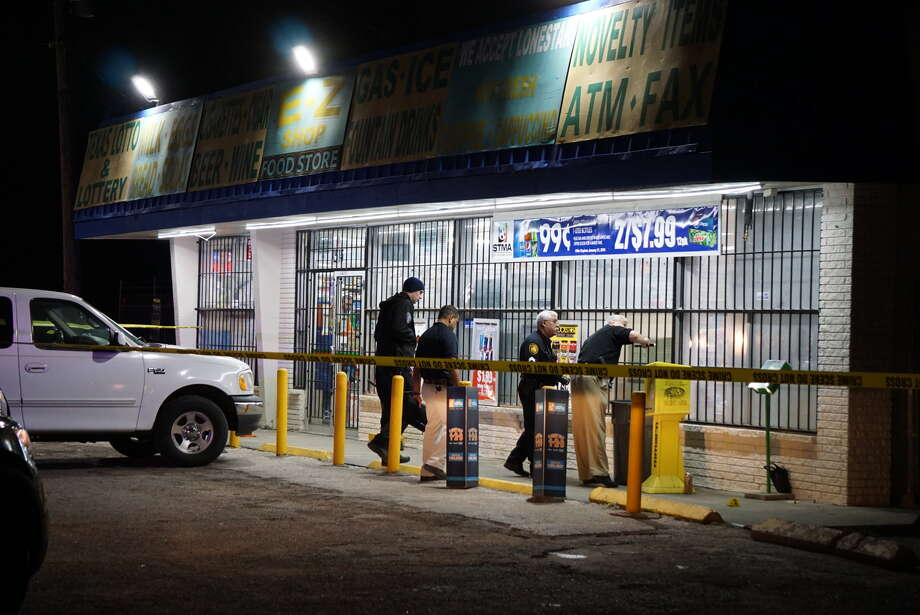 San Antonio police said a man was shot while drinking outside the E-Z shop gas station at 1516 Castroville Road. Photo: Jacob Beltran