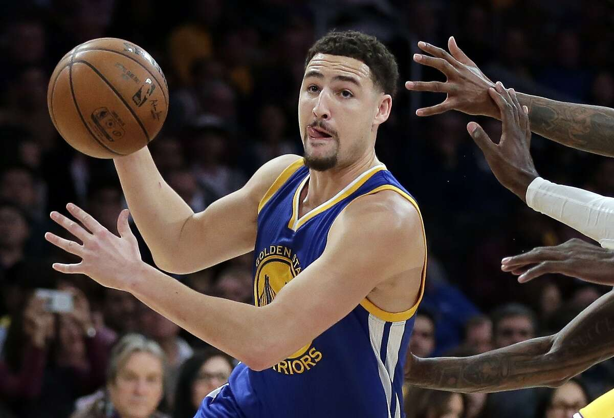 Golden State Warriors guard Klay Thompson drives the basket against the Los Angeles Lakers during the first half of an NBA basketball game in Los Angeles, Tuesday, Jan. 5, 2016.